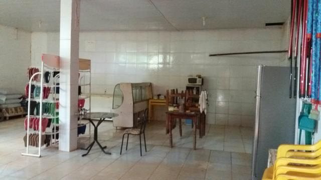 Mercado com casa com 3 quartos sendo 2 suites