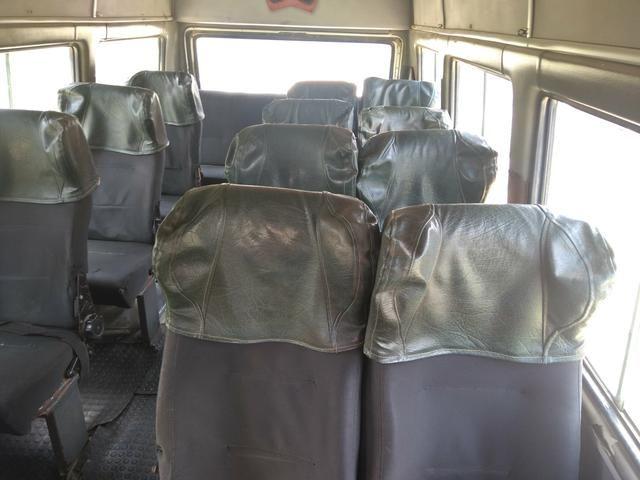 Vendo ou troco por carro de passeio uma Van dá Iveco ano 2001suporta19 pessoas