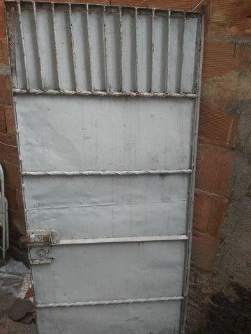 Portão de ferro todo fechado - Foto 2