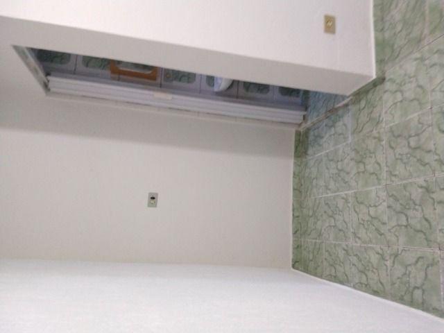 Um quarto com um banheiro - Foto 10