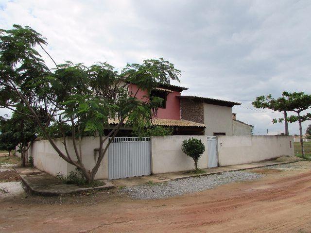 Casa duplex, 3 quartos, sendo uma suíte, em condomínio fechado