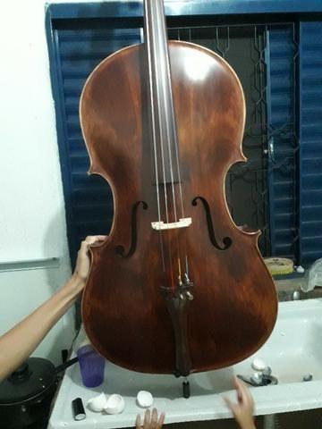 Violinos e violoncelos artesanais e de atelier