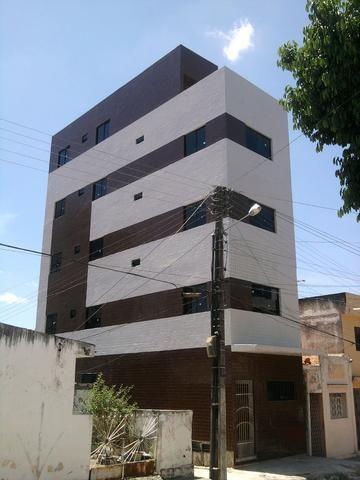 Belo Apartamento de 02 Quartos no Centro - Sem Condomínio - Imperdível