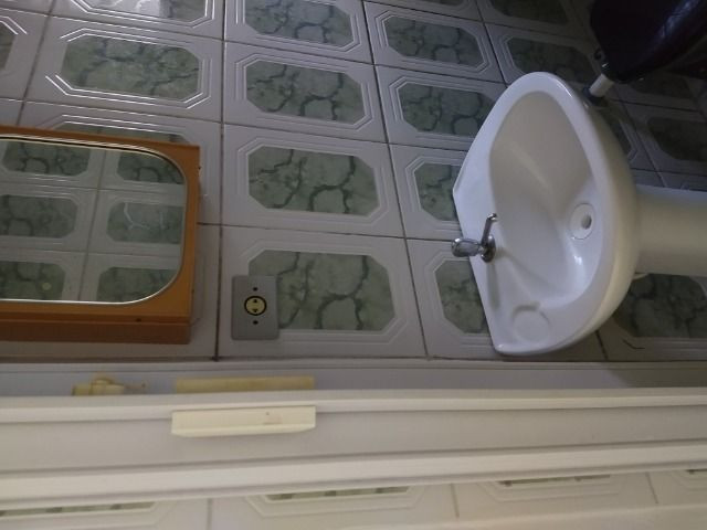 Um quarto com um banheiro - Foto 5