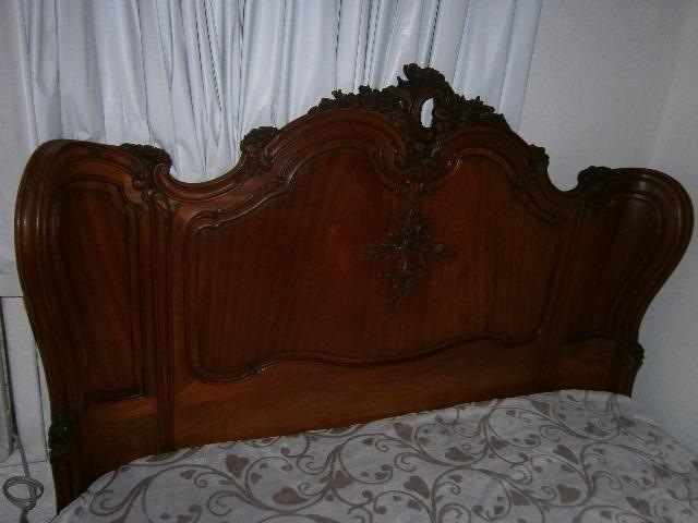 Vendo uma cama de casal de época de cerejeira