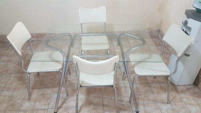 Mesa de vidro com 4 cadeiras acolchoadas