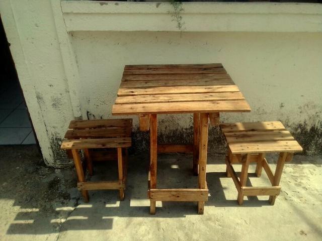 Pra hooooje! mesa e bancos de madeira