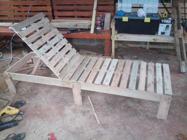Espreguiçadeira para piscina de madeira