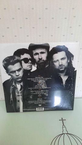 Album U2 18 SINGLES - Lacrado.  - Foto 2