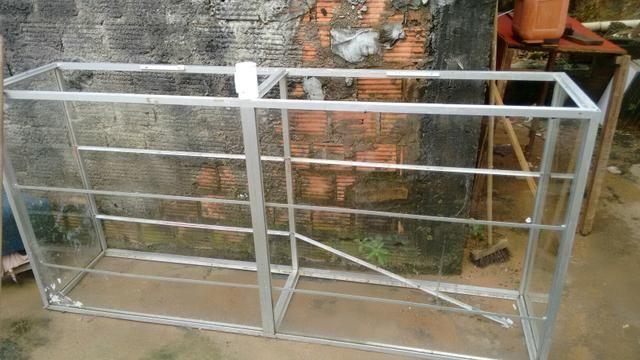 Balcão em vidro e alumínio