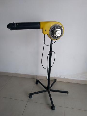 Secador com pedestal e rodízio amarelo