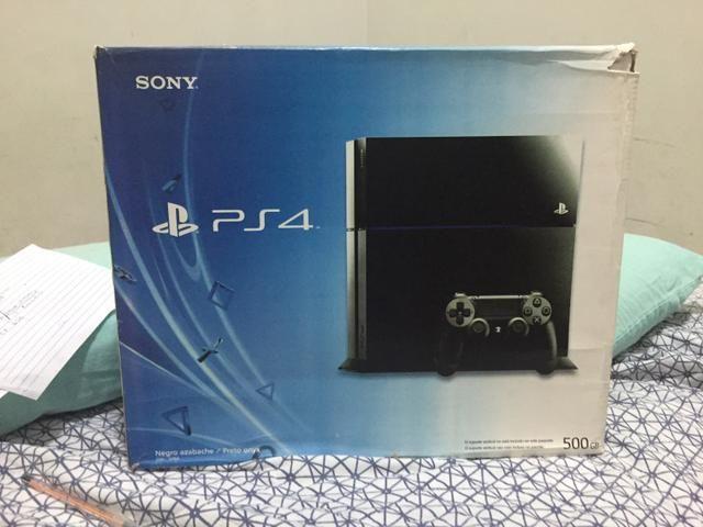 PlayStation 4 na caixa , dois controles , varios jogos