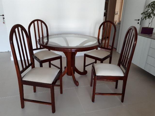 Mesa de jantar de madeira.