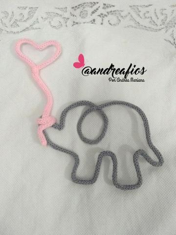 Elefantinho com Balão de Coração em Tricotim