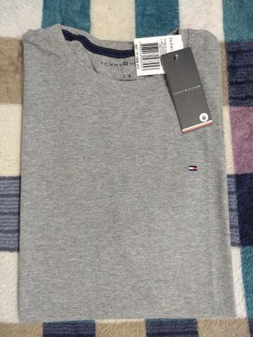 Camiseta TH bordado