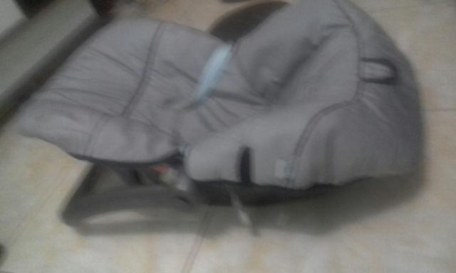 Vendo um bebê conforto cinza novo