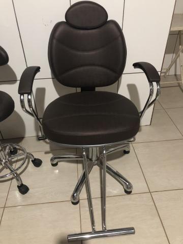Cadeira de maquiador e cabeleireiro com mocho
