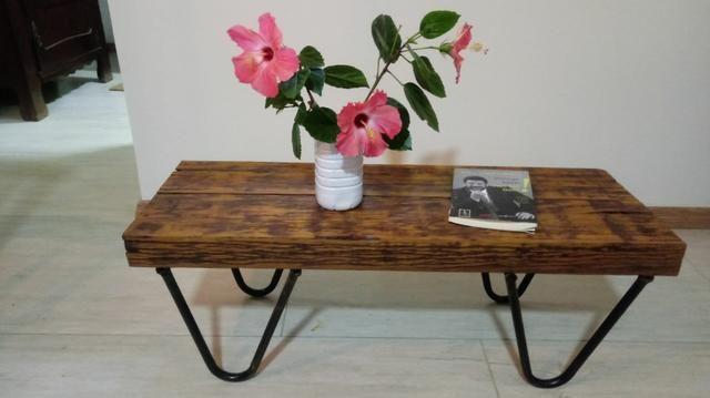 Mesa de centro feita de madeira maciça
