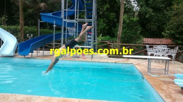 G 1423, Sítio de 2.000m² com piscina, churrasqueira próximo a Rio-Petrópolis