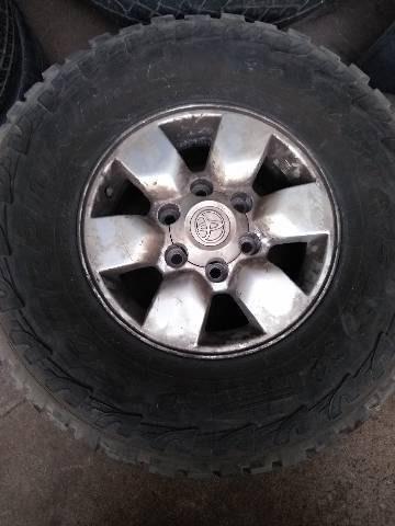 4 Rodas com 4 Pneu Toyota Hilux