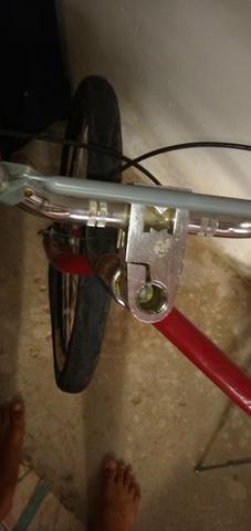 Vendo um bicicleta Ferrari ela só precisa trocar o pneu dianteiro - Foto 3