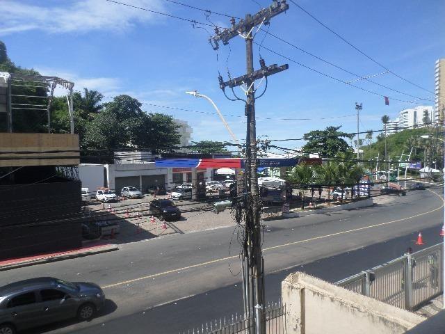Ondina - Apartamento de quarto e sala com varanda de frente para a Avenida - Foto 5