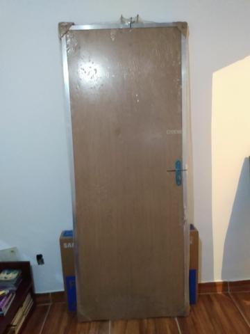 Porta de madeira com portal de alumínio