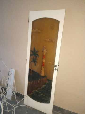 Porta de madeira com arte em fibra