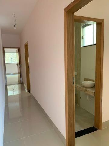Casa nova 3 suítes plenas, sala com pé direito duplo, porcelanato, financia - Foto 7