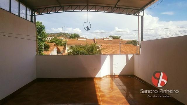 Casa com excelente terraço a venda no bairro Caravelas