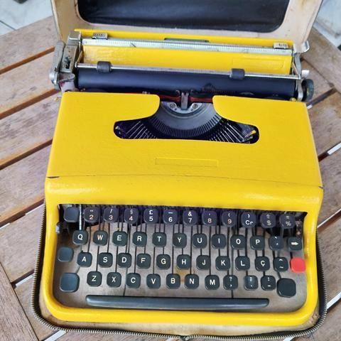 Toda funcional Maquina de escrever antiga - antiguidade