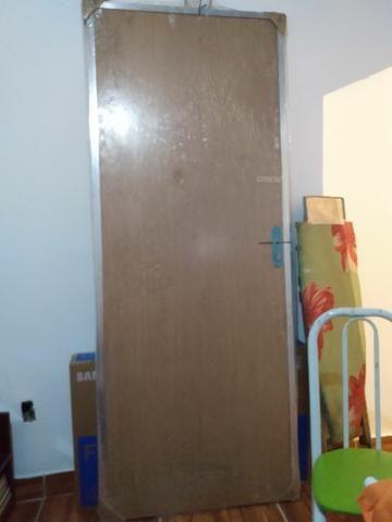Porta de madeira com portal de alumínio - Foto 3