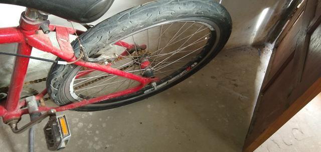 Vendo um bicicleta Ferrari ela só precisa trocar o pneu dianteiro - Foto 2