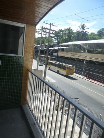 Ondina - Apartamento de quarto e sala com varanda de frente para a Avenida