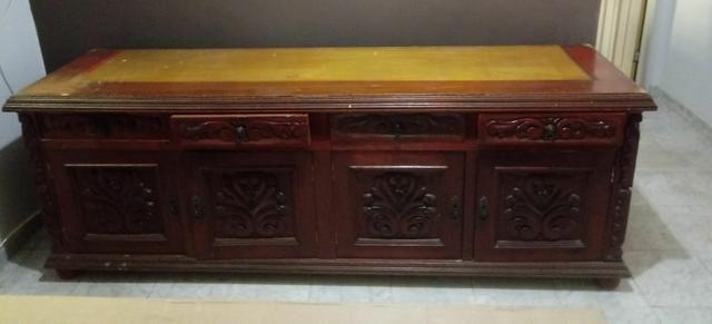 Balcão aparador de madeira (cerejeira). Gavetas e portas esculpidas