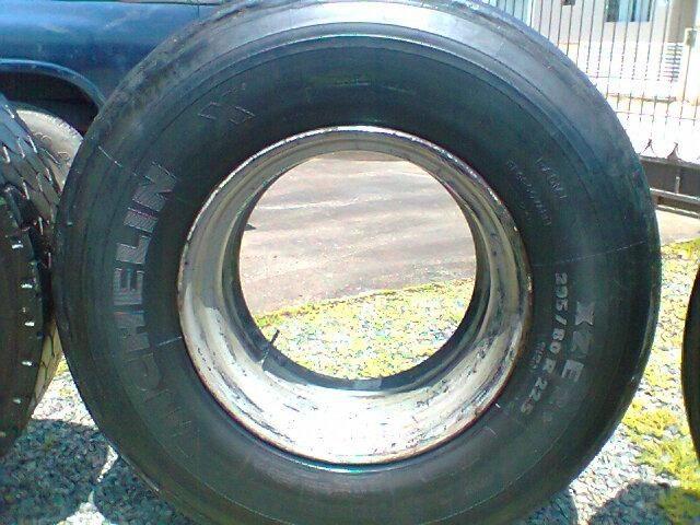 Pneu 295-80 -22,5 recapado montado em aro de ferro