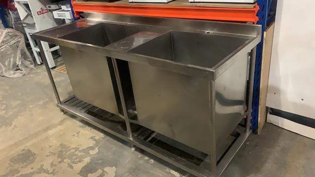 Mesa com 2 tanque inox ideal para lavar formas e panelão