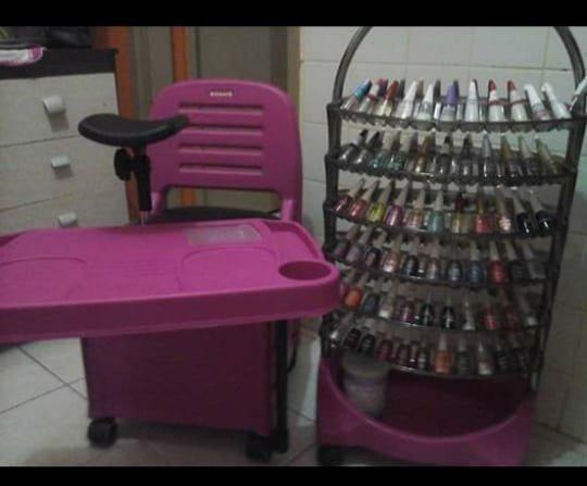 Cadeira de manicure e suporte de esmalte profissional