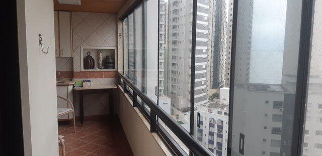 Apartamento vista mar com 3 dormitórios e 2 garagens no centro de Balneário Camboriú - Foto 12
