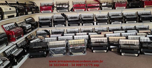 Acordeon sanfona 80 e 120 baixos novas e usadas - Foto 3