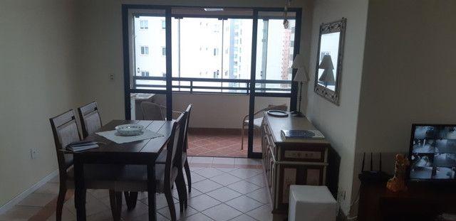 Apartamento vista mar com 3 dormitórios e 2 garagens no centro de Balneário Camboriú - Foto 2