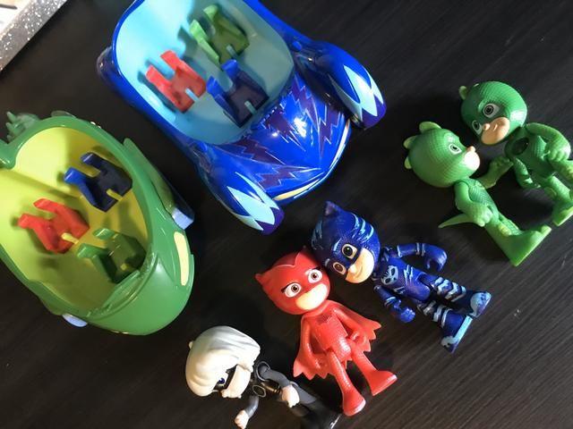 Pj Masks! 2 carros e 4 bonecos