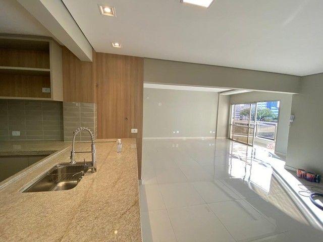 Apartamento impecável reformado com 3 dormitórios e 125m2 privativos, Rua Goiás próximo a