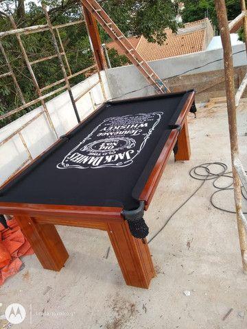 Mesa Madeira Semi Cor Imbuia Tecido Preto Logo Jack Daniels Mod. DOPQ3588 - Foto 2