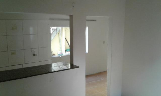 Casa nos fundos - 2 quartos Sala Cozinha 1 Garagem - Foto 4