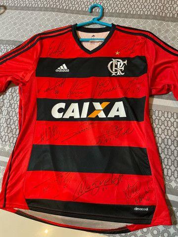 Camisa original do Flamengo autografada pelo elenco campeão de 2009