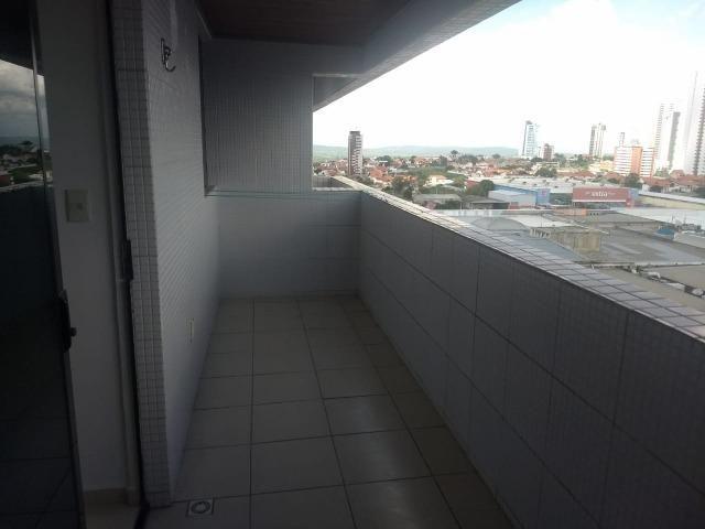 Apartamento No Catolé com varanda e projetados guarda roupas + cozinha