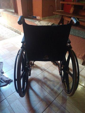 Cadeira de rodas. T faltando somente o descanso de pés. Meu pai teve a perna amputada