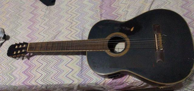 Um violão preto
