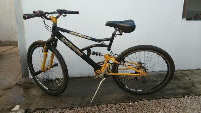 Bicicleta com amortecedor e marcha